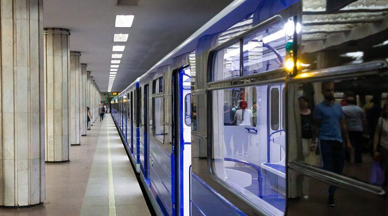 Поезд на станции метро